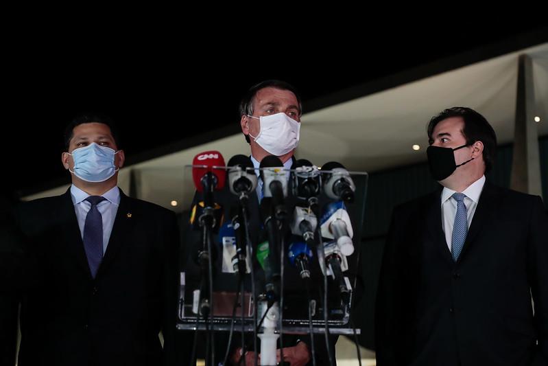 Jair Bolsonaro, ao lado de Rodrigo Maia (D) e Davi Alcolumbre (E) durante declaração à imprensa no Palácio da Alvorada em 12/08/2020. Foto: Carolina Antunes/PR